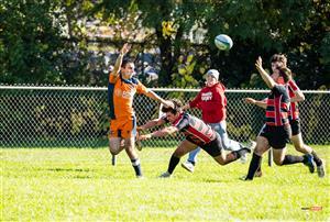 Sport Photo Book by Juan Alchourron - Rugby - Passe à une main, et l'autre pour un hand off - Cegep Vanier - 2021/Oct/24