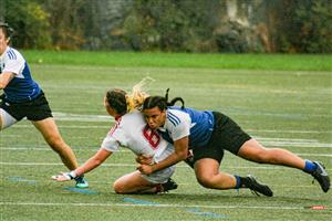 Sport Photo Book by Juan Alchourron - Rugby - Irène applique toute son énergie sur l'octave de McGill - Université de Montréal - 2021/Oct/16