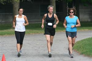 Anne Mouledous - Running - Rechauffement avant la course - NDG Roadrunners - 2012/Jun/09