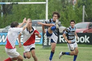 A cargar, en un partido picado contra Mariano Moreno - Rugby - M18 - Liceo Naval - Mariano Moreno